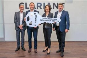 four people from clariant holding a big key as a symbol for the opening of the new costumer innovation center in North America