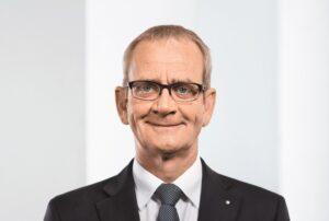 Portrait foto of Dr. christoph Schlünken in front of a neutral light backfound
